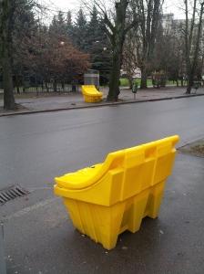 Żółte skrzynki na ulicy Komsomolskiej