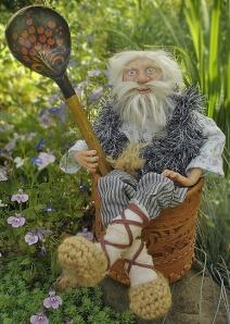 Ruski Domowik w łapciach, długą brodą oraz ludową łyżeczką